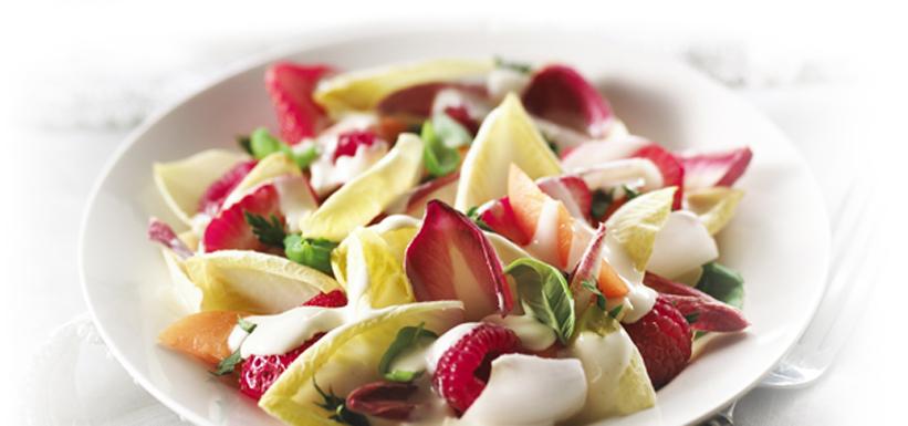 Salade d'été aux endives et aux fruits frais